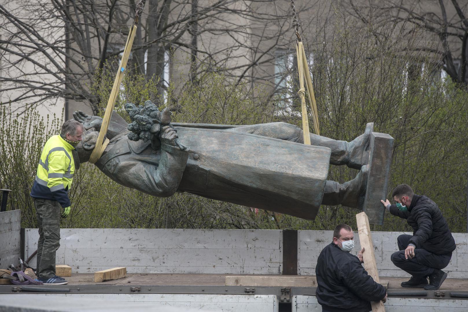 La statue maréchal soviétique Ivan Konev déboulonnée…