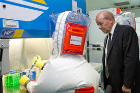 Jean-Yves Le Drian inaugure le laboratoire P4 de la DGA.