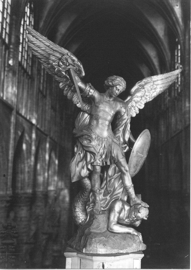 Saint Michel, patron des parachutistes.